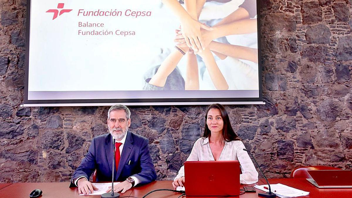 José Manuel Fernández Sabugo, director de Cepsa Canarias,  y Belén Machado, responsable de Fundación Cepsa.