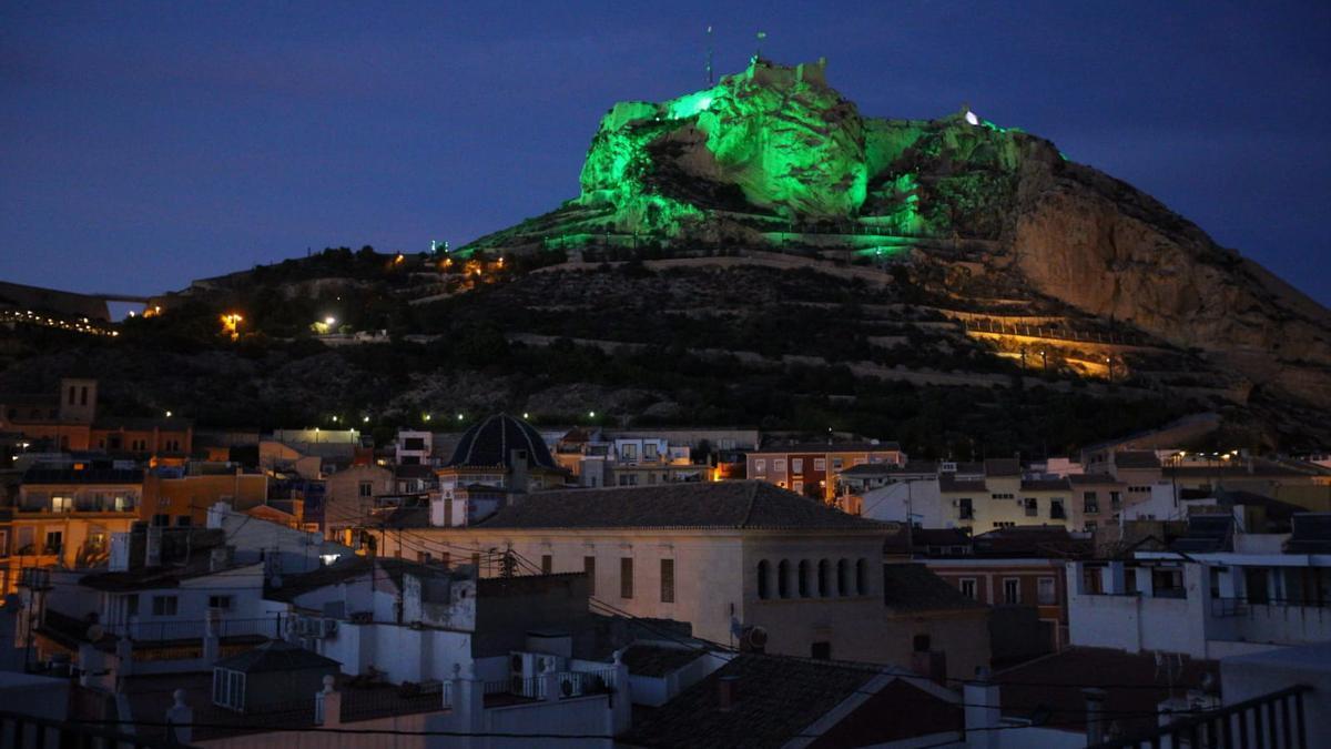 El Castillo de Santa Bárbara se ilumina de verde en homenaje a los farmacéuticos.