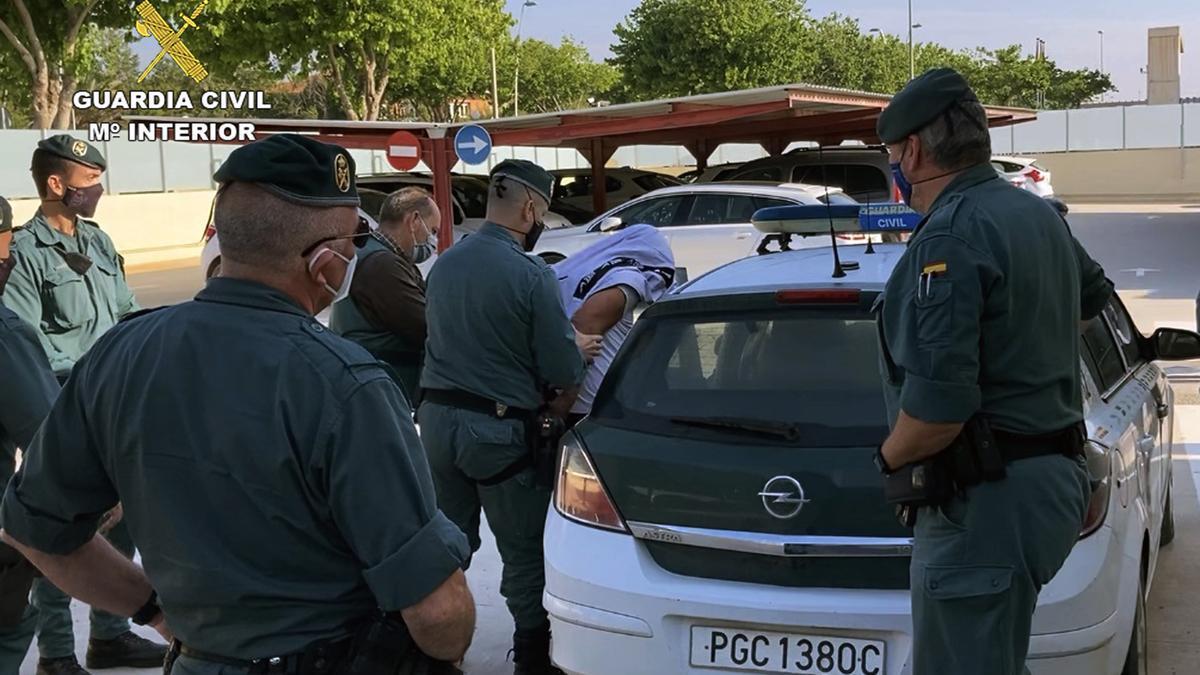 Un momento del arresto de uno de los dos sospechosos.