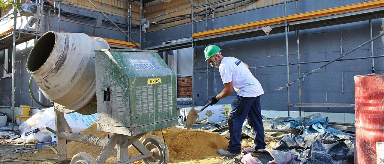 Uno de los trabajadores, en las obras de mejora integral del barrio San José de Lada.   L. M. D.