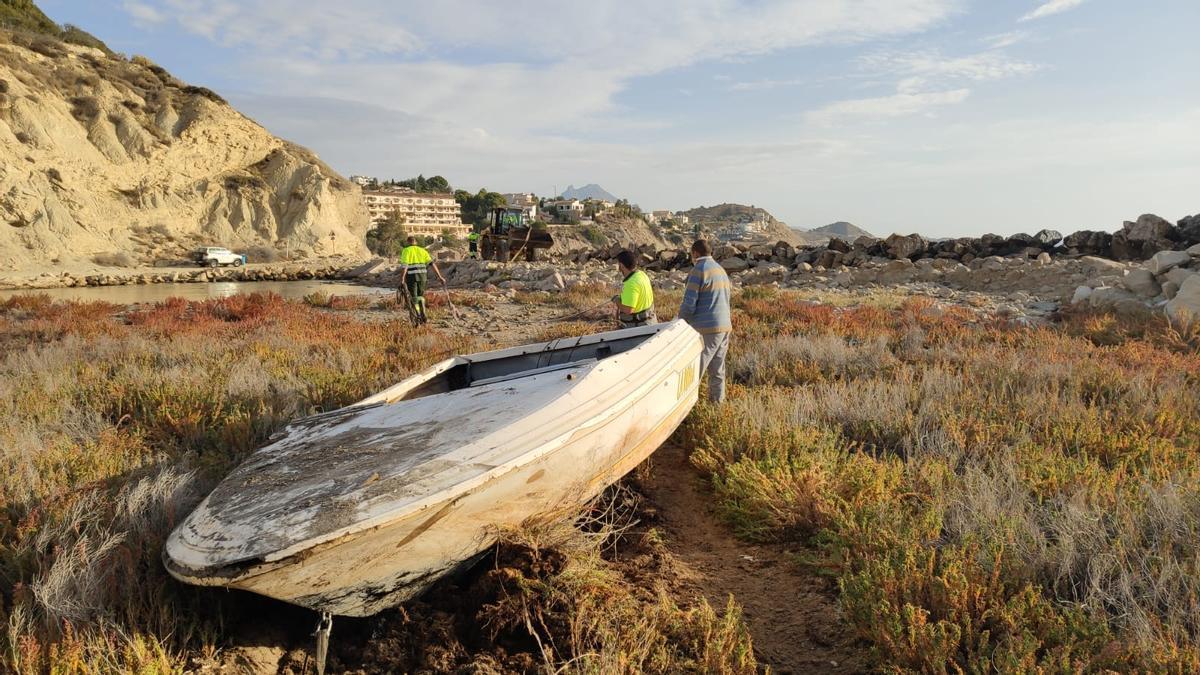 El Ayuntamiento retiró ayer tres de las embarcaciones que había abandonadas en tierra en Cala Baeza.