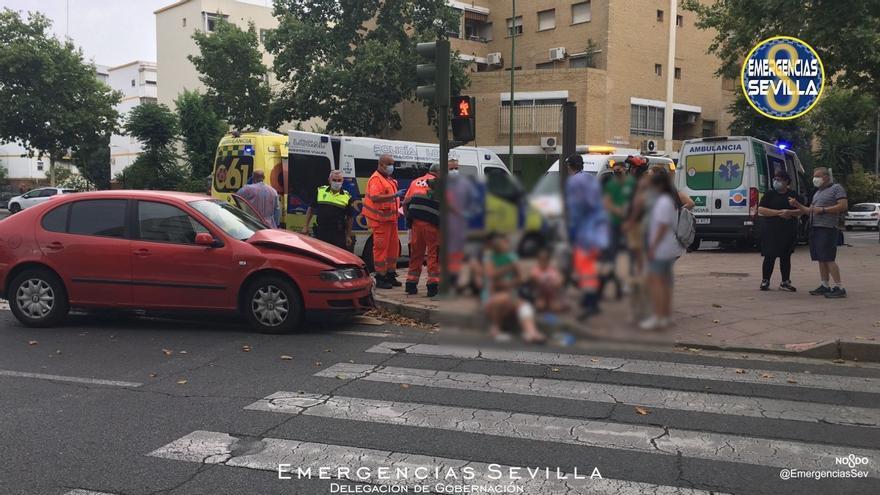 Diez heridos en el choque entre una ambulancia y un turismo en Sevilla