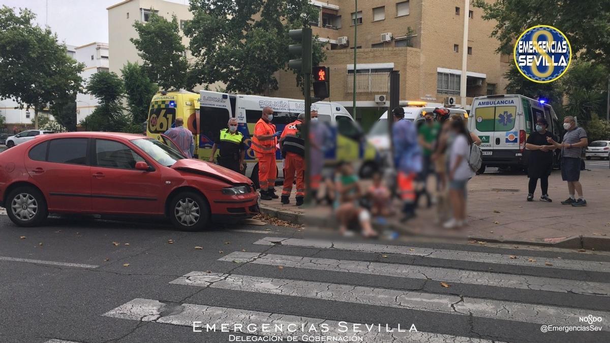 Una ambulancia colisiona con un vehículo en Sevilla.