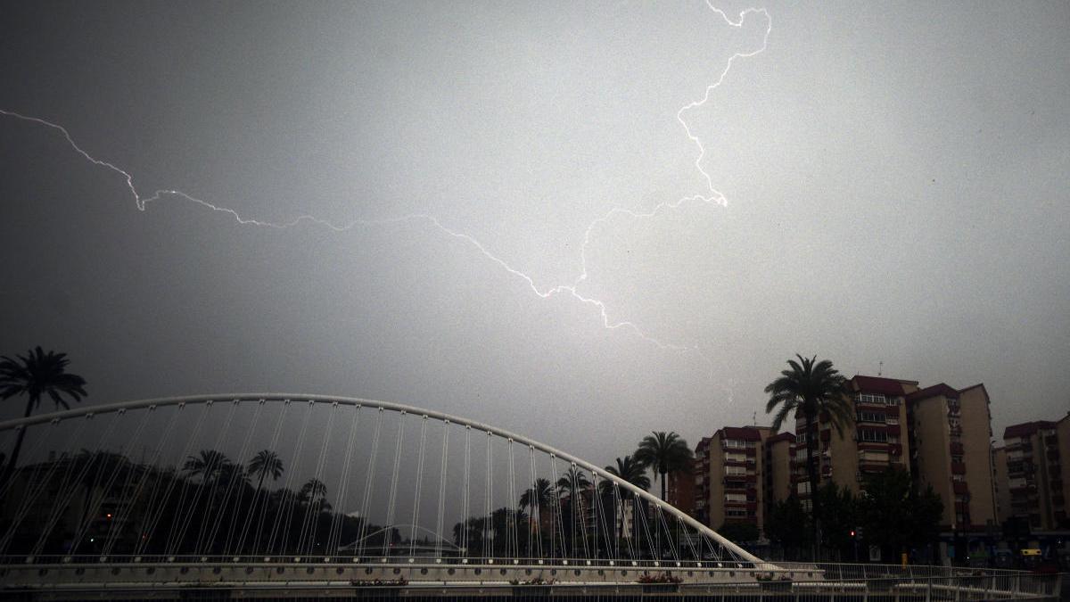 Un rayo atraviesa el cielo de Murcia durante el mes de abril.