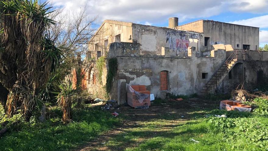 Figueres tapia un mas abandonat després de desallotjar cinc ocupants