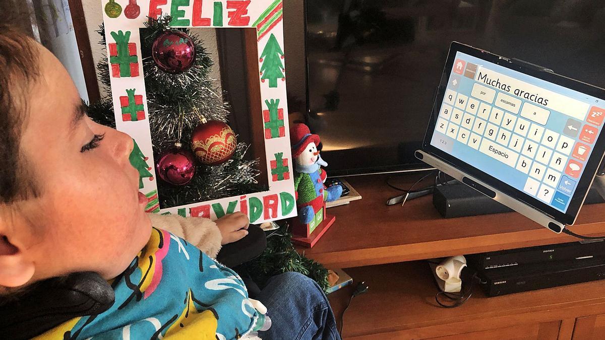 El pequeño Leo delante del ordenador que le permite expresarse.  