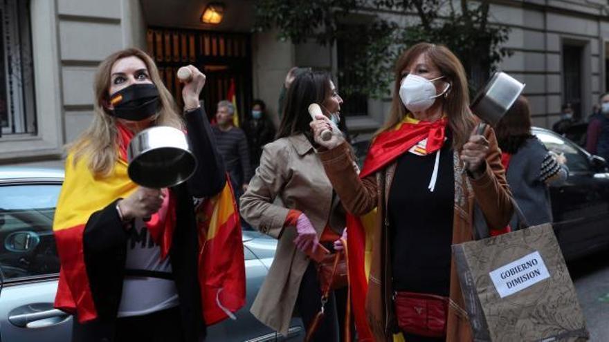 Unas 450 personas piden la dimisión de Sánchez ante la sede del PSOE