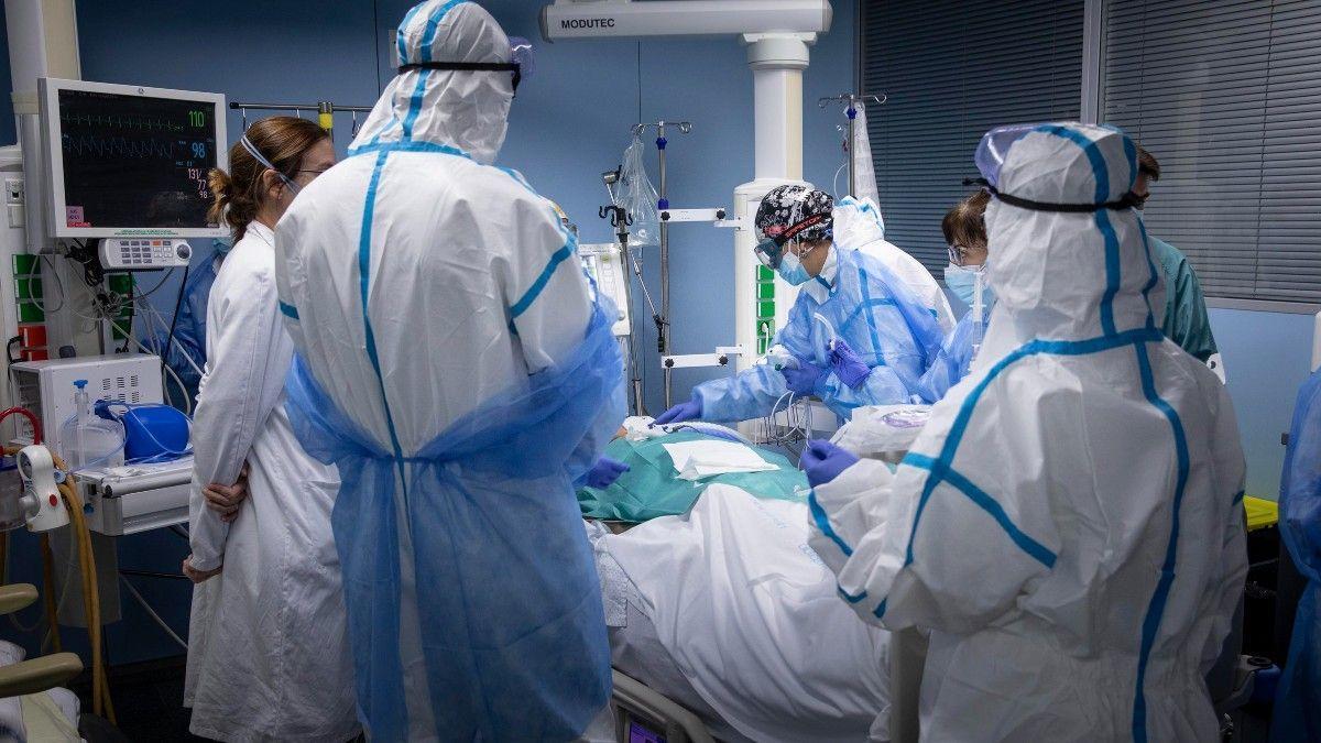 Un equipo de sanitarios atiende a un paciente ingresado en la UCI de un hospital.