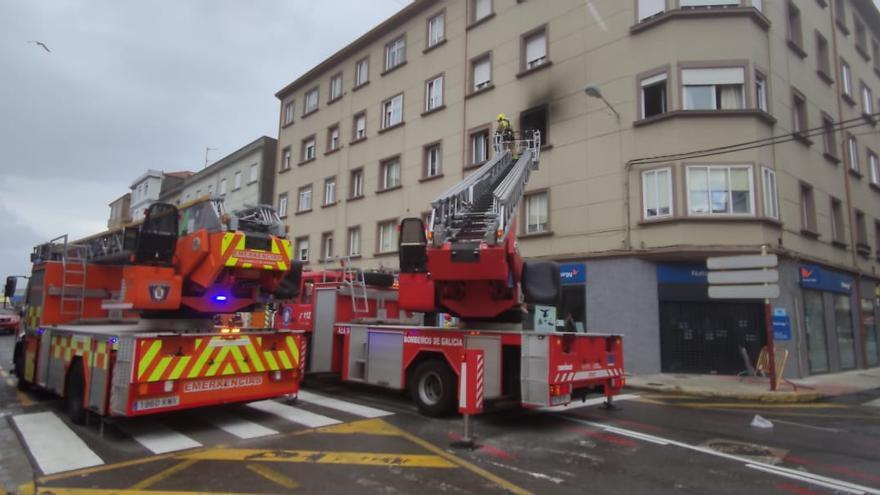 Un incendio en un piso de Vilagarcía se salda con un herido