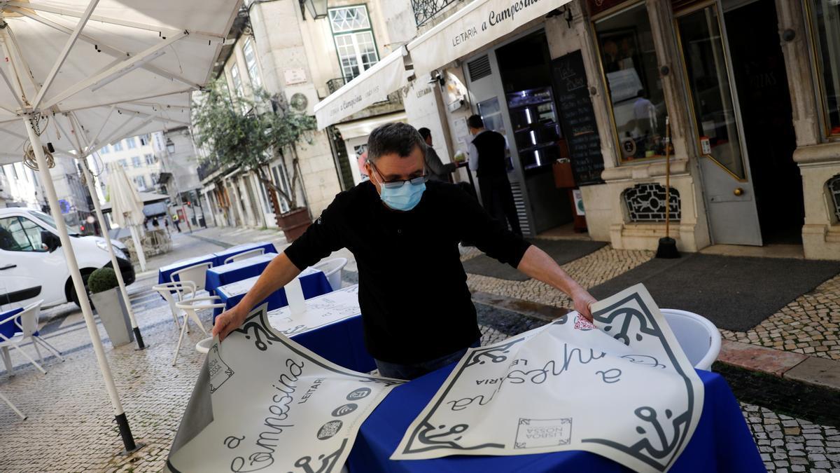 Hosteleros vuelven a montar las terrazas en Lisboa