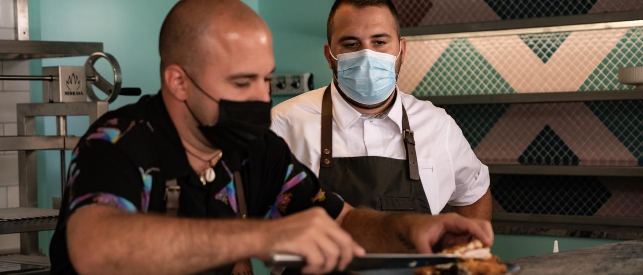 Bruno y Sergio Morales López en su restaurante Niño Salvaje en Arrecife.