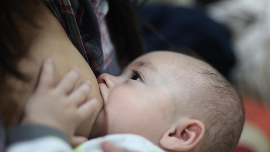 Un estudio muestra que los bebés alimentados con leche artificial sufren más de obesidad