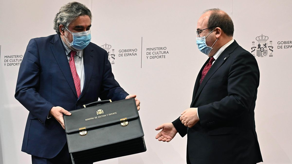 Iceta, recibiendo la cartera del ministerio de Cultura de manos de Rodríguez Uribes