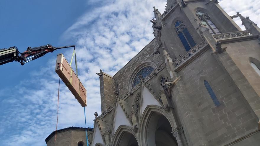 Una gran grua extreu el frontal florentí de la Seu de Manresa per a la seva restauració