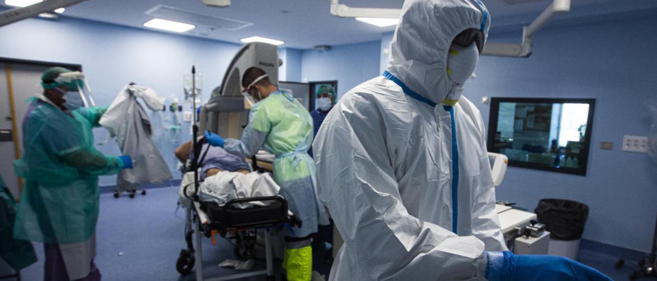 Traslado de un paciente con coronavirus al Hospital de Sant Joan, en imagen de archivo