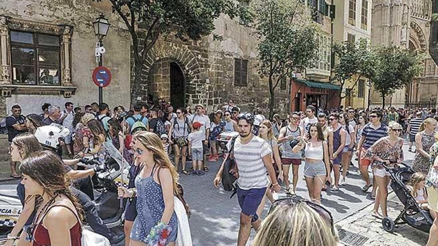 El centro histórico de Palma toca techo este verano con 90.000 personas diarias