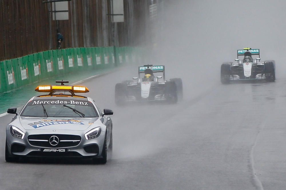 La lluvia marcó la carrera de Brasil, donde Hamilton resistió ante la tormenta y conquistó una accidentada carrera por delante, de nuevo, de Rosberg.