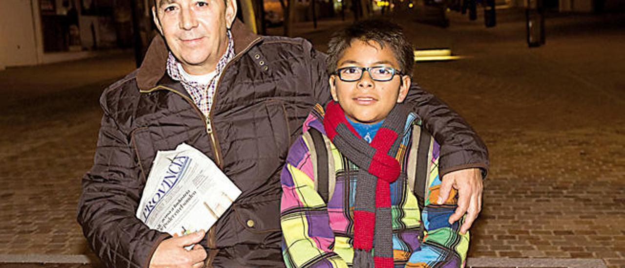 Luis Bethencourt junto a su padre en Puerto del Rosario, ayer.