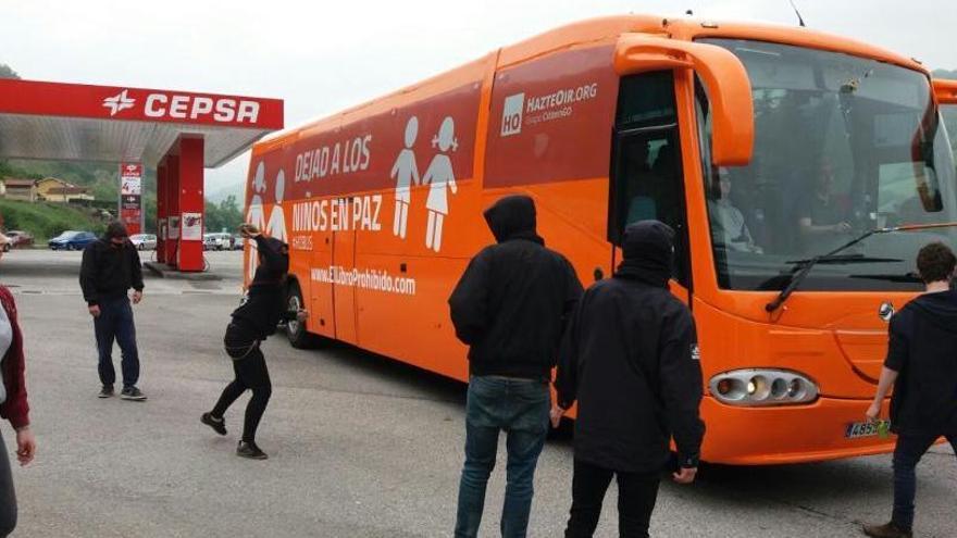 El conductor del autobús de Hazte Oír recibe una pedrada a su llegada a Asturias