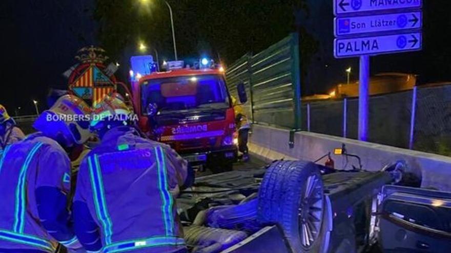 Herido grave un conductor al volcar su coche en el segundo cinturón de Palma