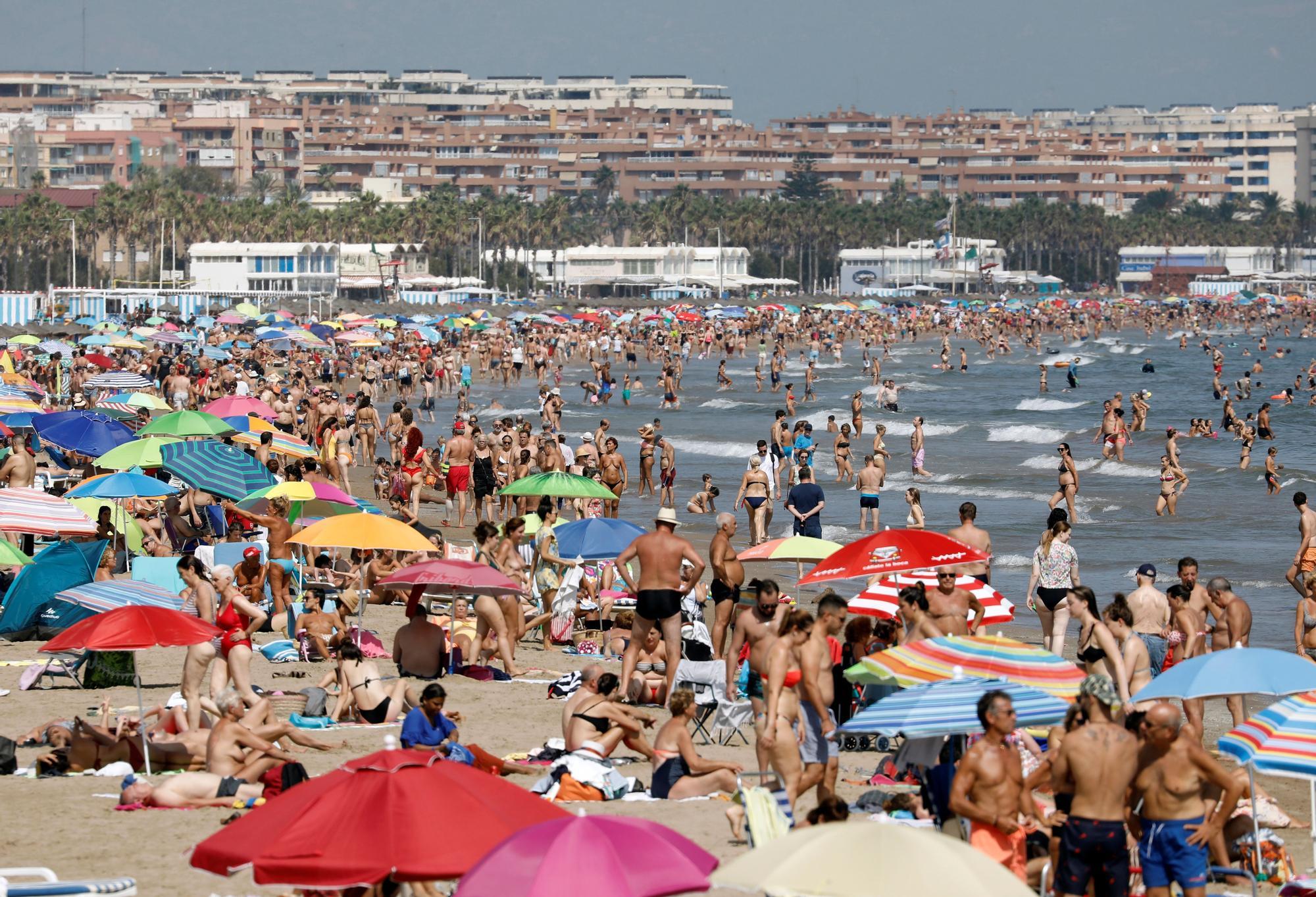 Las altas temperaturas en septiembre llenan las playas de València