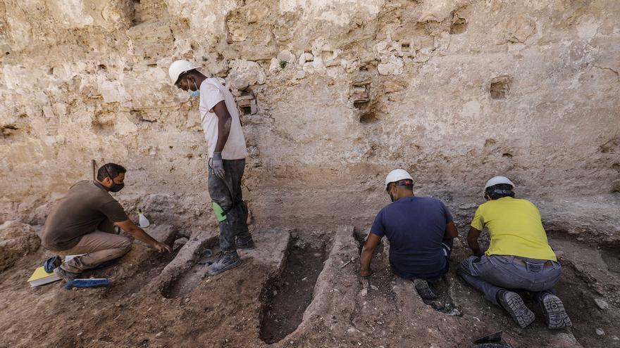 Troben diverses tombes de xiquets al costat de la muralla islàmica