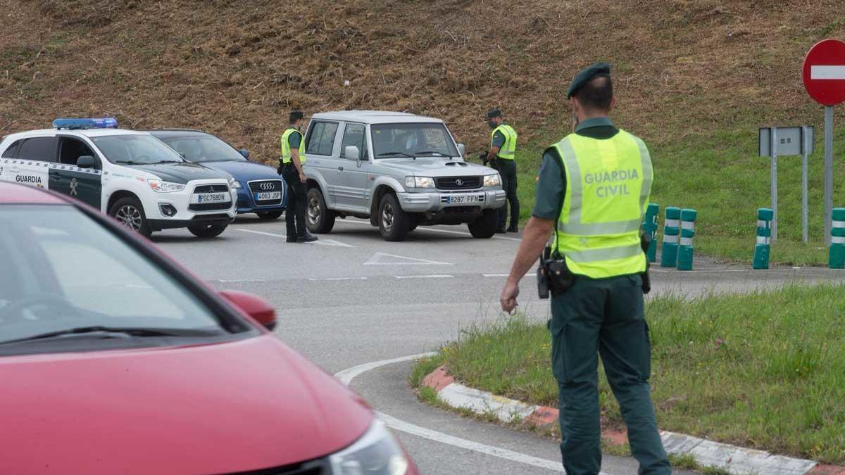 Punto de control de la Guardia Civil a la entrada de Ribadeo.