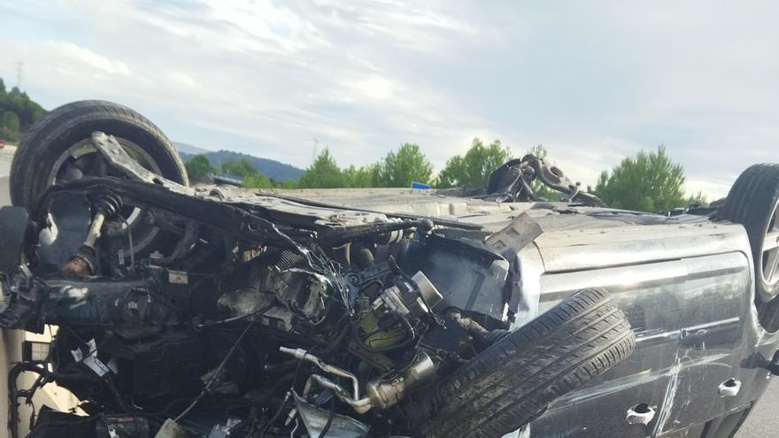 Una jove resulta ferida en bolcar el cotxe a la C-16
