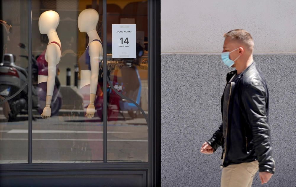 MADRID. 18.05.2020. CORONAVIRUS COVID-19. Apertura de comercios en Fase 0, pero con menos restricciones. Rebajas. Cartel que anuncia el aforo máximo del local.   FOTO: JOSE LUIS ROCA