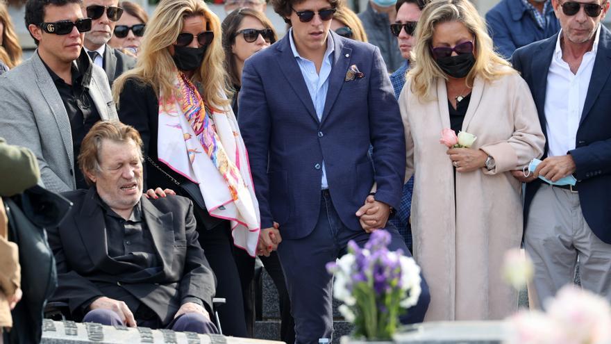 Entierran a Concha Márquez Piquer en el panteón familiar con el móvil de su viudo en el féretro