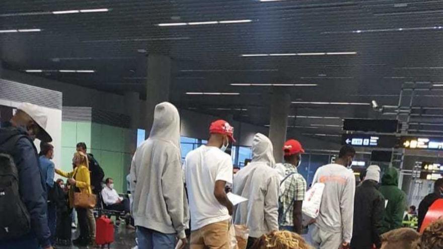 Un juez ordena a la Policía que no impida a un migrante salir en avión de Gran Canaria