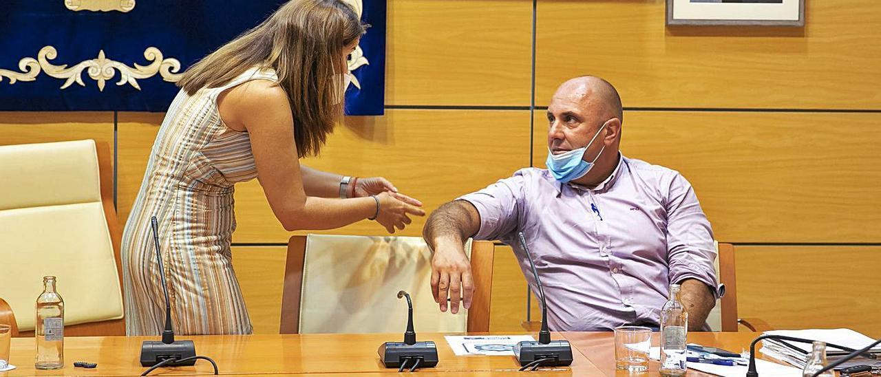 Lola García dialoga con Sergio Lloret durante un receso en un pleno del Cabildo de Fuerteventura. | | FUSELLI