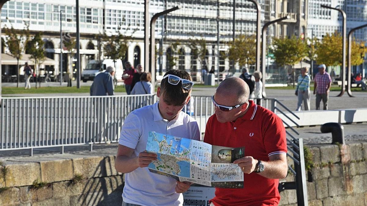 Turistas estudian un mapa de la ciudad en la Marina. |   // VÍCTOR ECHAVE
