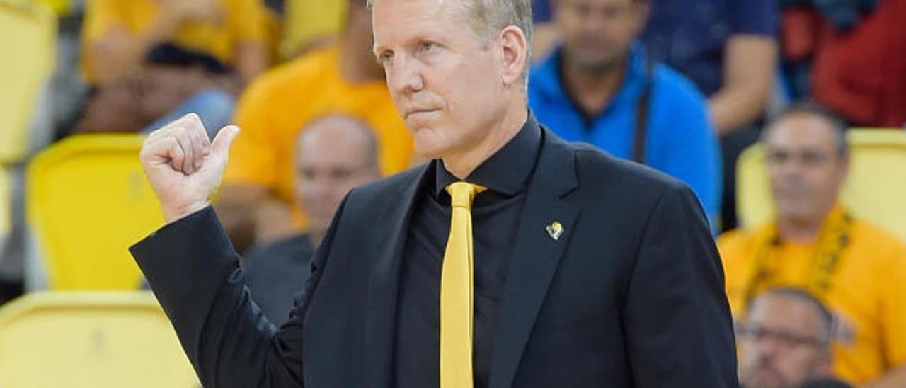 John Patrick, técnico del MHP.
