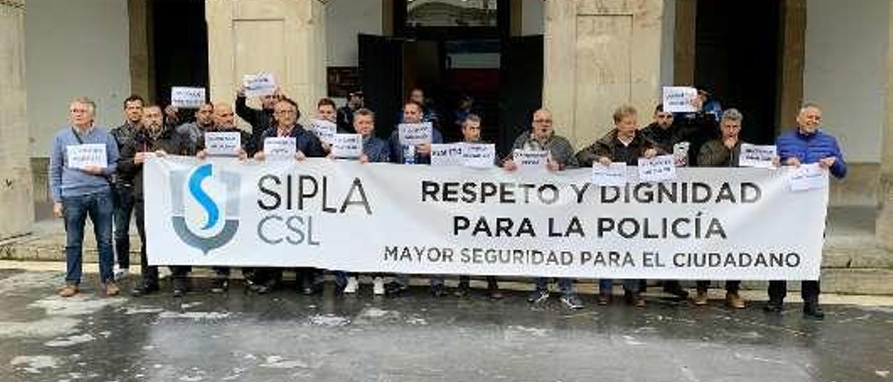 La primera movilización convocada por el SIPLA delante del Ayuntamiento de Siero.