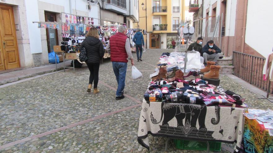 """La """"plaza"""" de Cangas de Onís, de nuevo con textil y calzado pero pocos visitantes"""