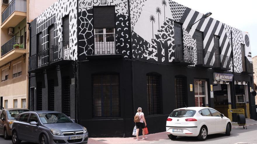 El artista Antonyo Marest rompe su pauta cromática con una nueva obra urbana en Elda