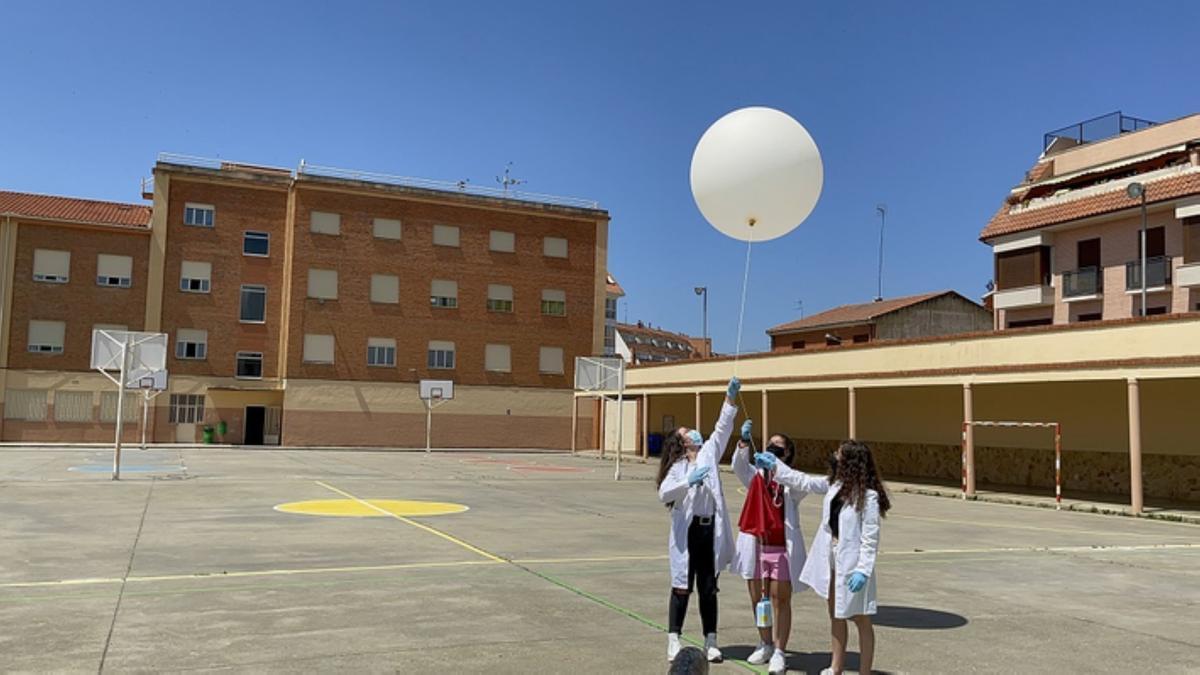 Tres alumnas del colegio Virgen de la Vega preparando el globo meteorológico.