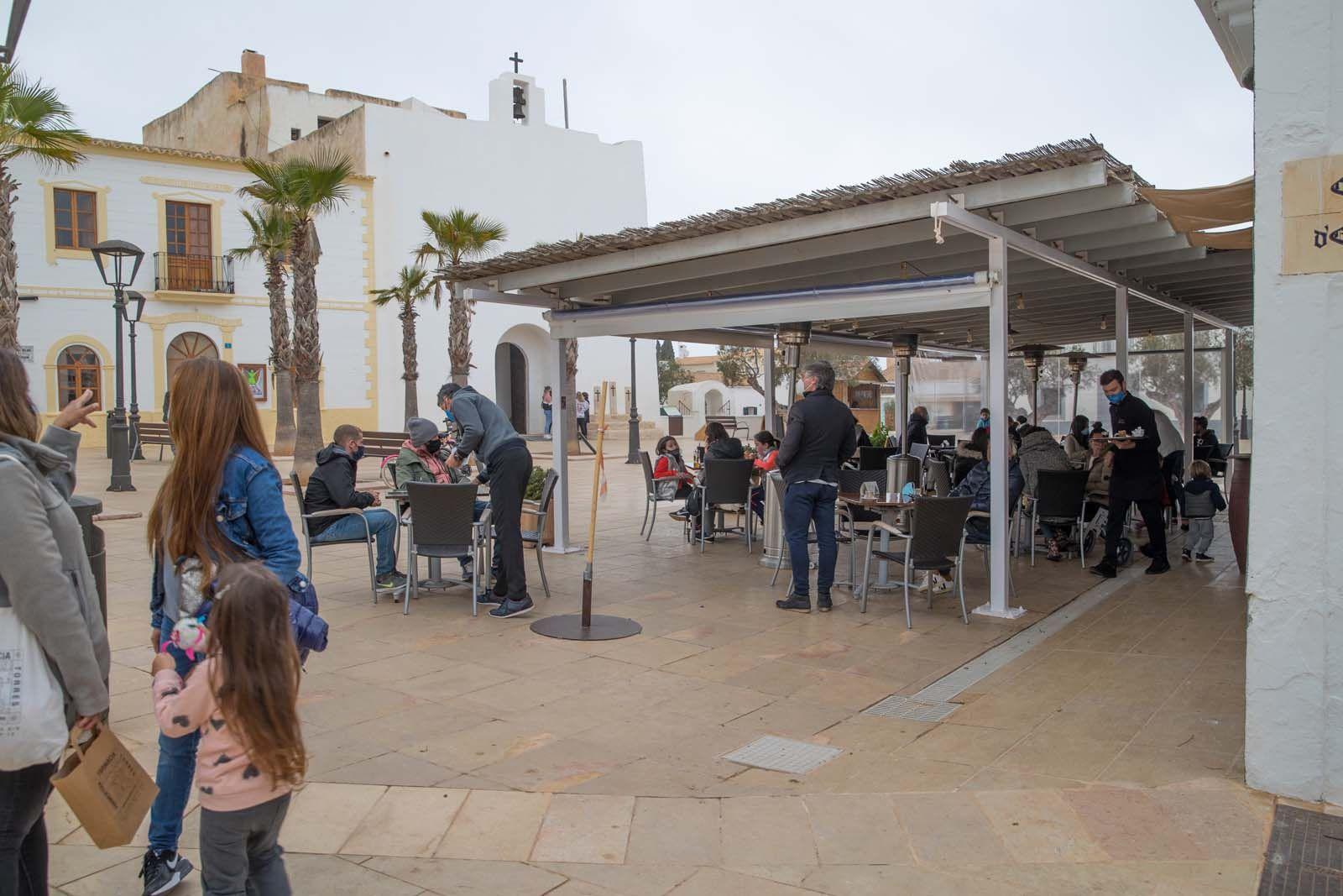 Las terrazas levantan el ánimo en Formentera