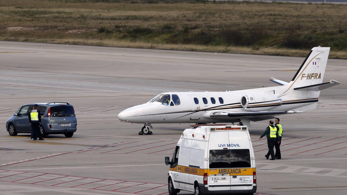 Un avión medicalizado como los utilizados para transportar órganos, estacionado en el aeropuerto vigués de Peinador