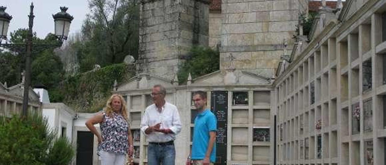 Juan González visitó con Alcira dos Santos el cementerio. // D.P.