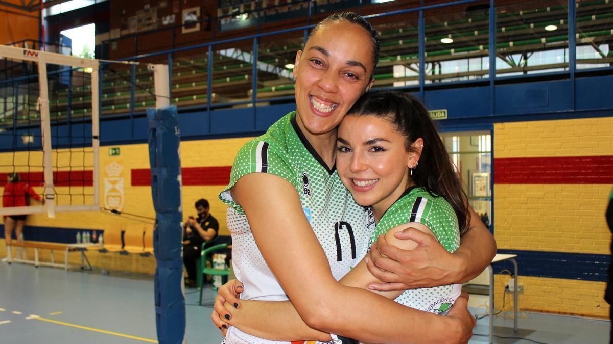 Flavia Lima y Nerea Jiménez se abrazan.