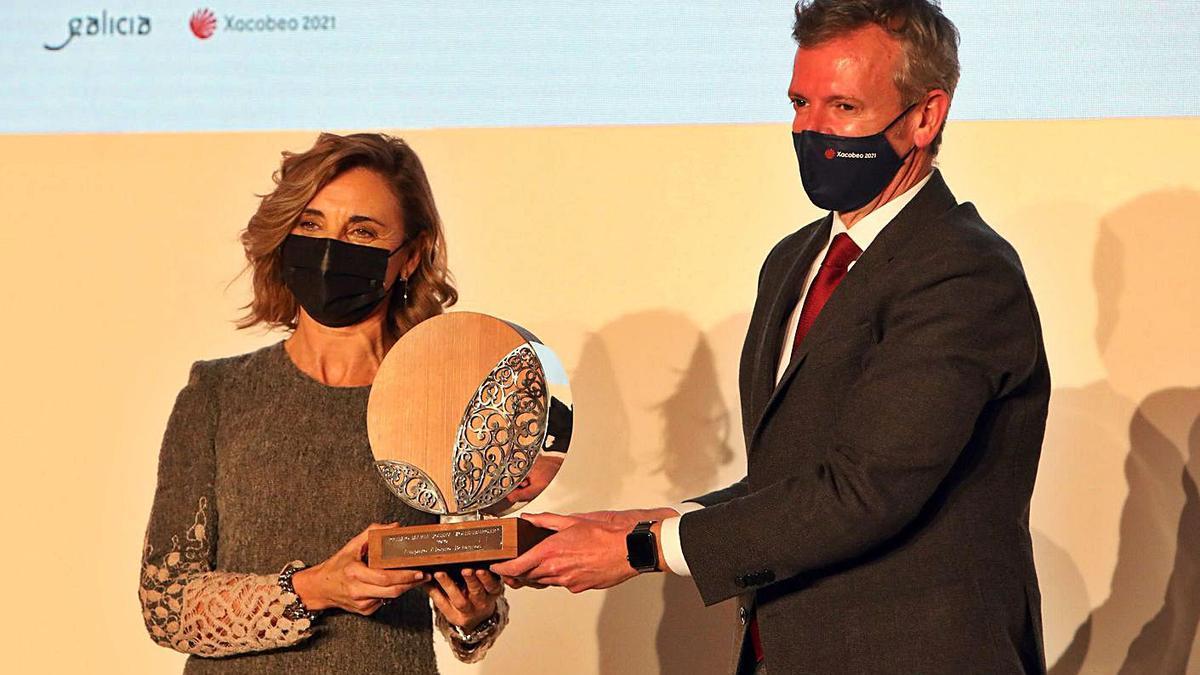 La ingeniera Amparo Alonso recoge el premio de manos de Alfonso Rueda. |   // XOÁN ÁLVAREZ