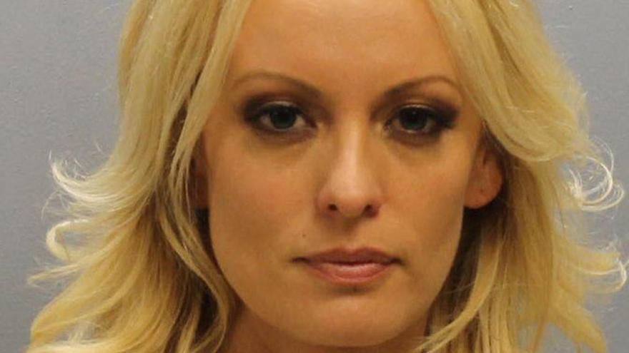 Stormy Daniels, detinguda per deixar-se tocar durant un striptease