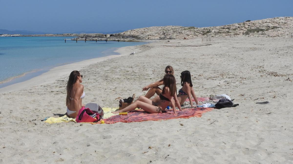 Bañistas en una playa de Formentera