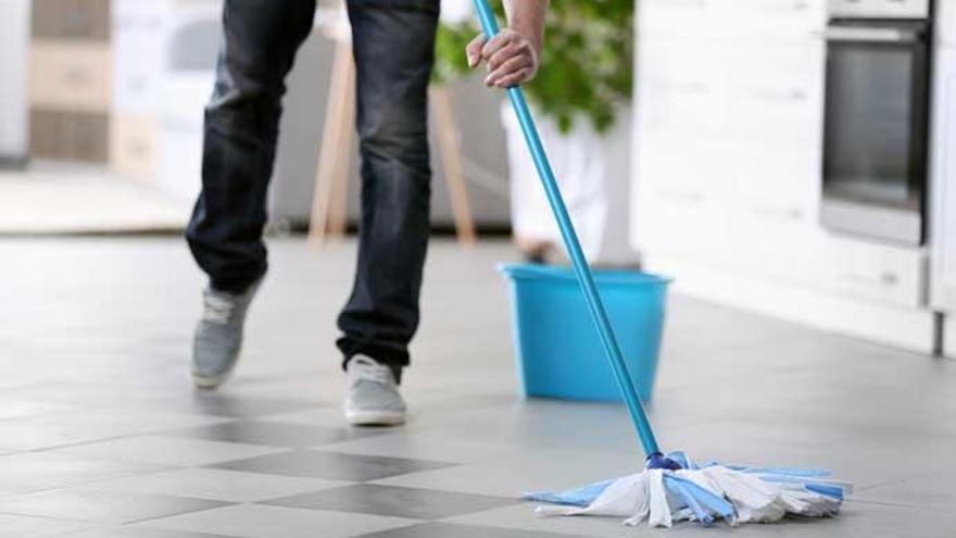 El producto de limpieza de toda la vida que dejará tus suelos brillantes