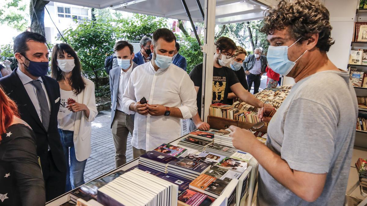 Las autoridades recorren los expositores de la feria del libro, que comenzó ayer en el paseo de Cánovas.