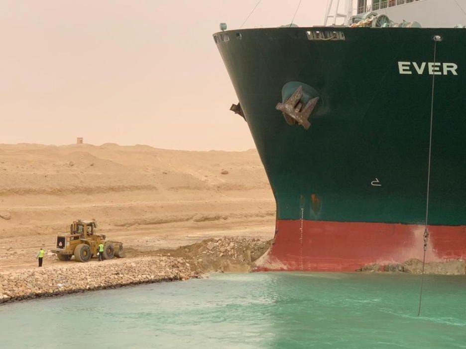 Un vaixell provoca un embús marítim al Canal de Suez