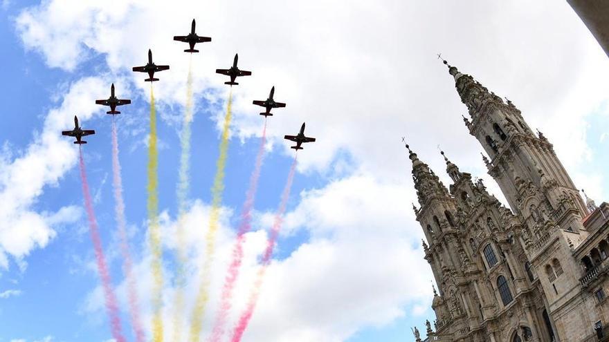 La Patrulla Águila dibuja la bandera española en el cielo de Santiago