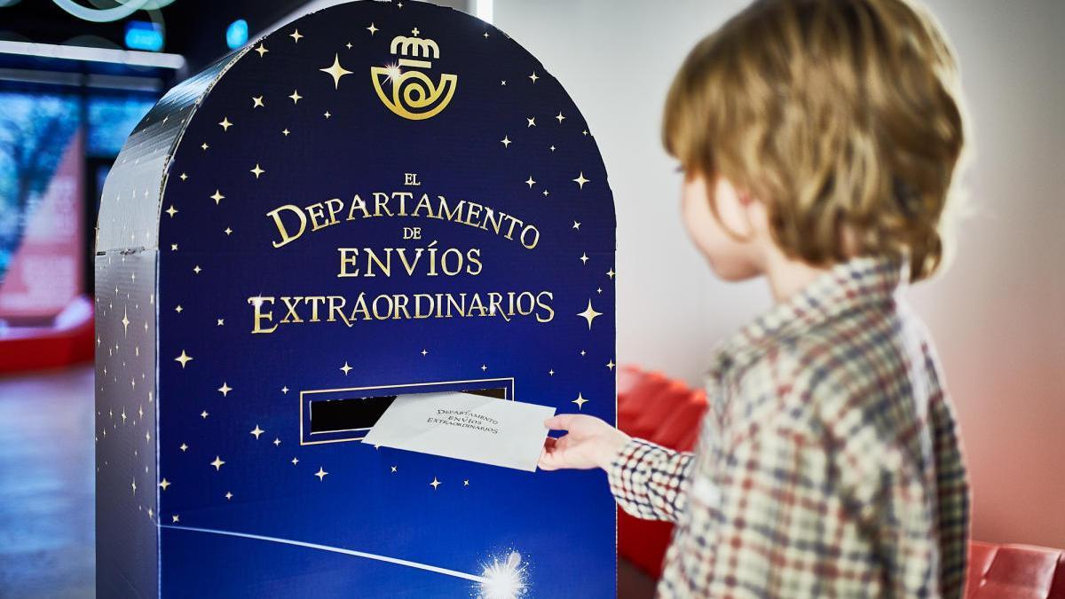 Correos instala 18 buzones especiales para que los niños puedan depositar sus cartas para Papá Noel y los Reyes Magos